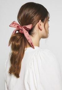 ONLY - ONLBRITT 3-PACK VELVET BOW SCRUNCHI - Hair styling accessory - blush/night sky/kalamata - 1