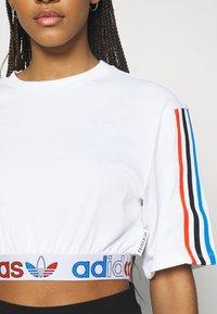 adidas Originals - PRIMEBLUE ADICOLOR ORIGINALS RELAXED T-SHIRT - Print T-shirt - white - 4