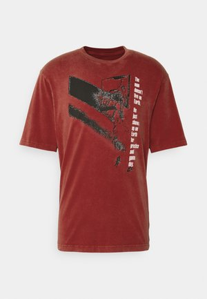 GRAPHIC CREW - Print T-shirt - gym red