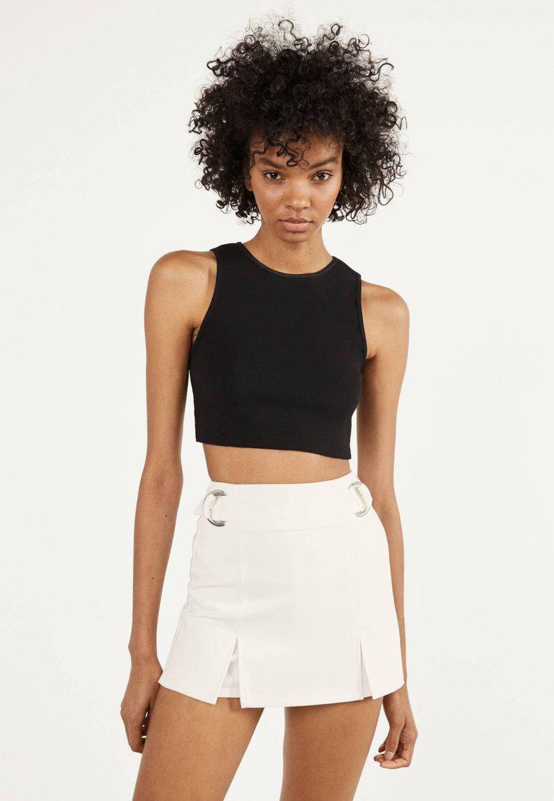 Bershka - MIT SCHNALLEN  - Shorts - white