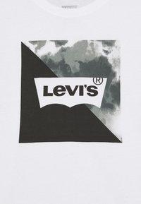 Levi's® - GRAPHIC TEE - T-shirts print - white - 2
