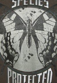 Zizzi - VLILY STRAIGHT TEE - Print T-shirt - dark grey - 5