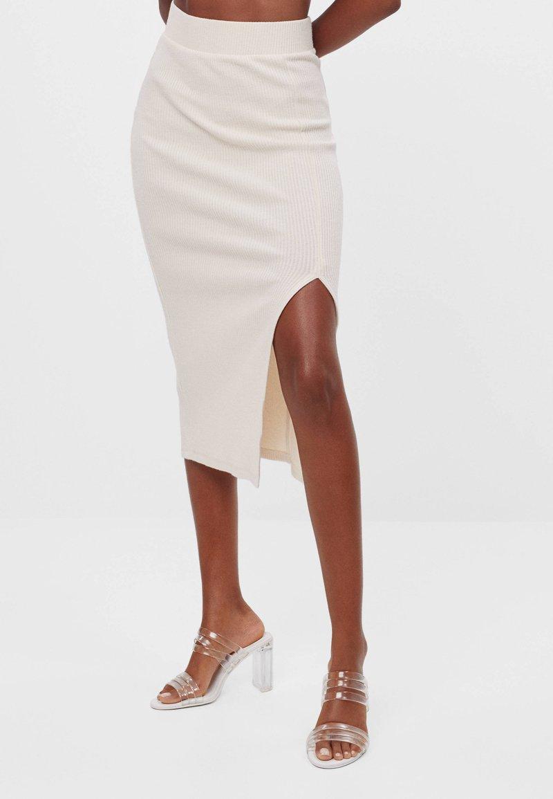 Bershka - Pouzdrová sukně - beige