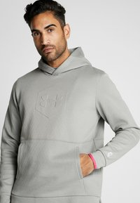 Under Armour - ATHLETE RECOVERY GRAPHIC HOODIE - Mikina s kapucí - gravity green/metallic silver - 4
