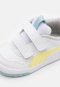 Puma - MULTIFLEX UNISEX - Sports shoes - white/yellow pear - 5
