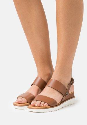 DELILAH - Sandalen met sleehak - dark brown
