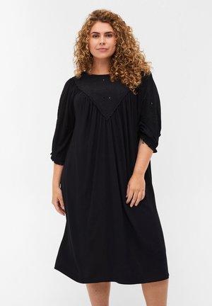 MED BRODERI  - Denní šaty - black