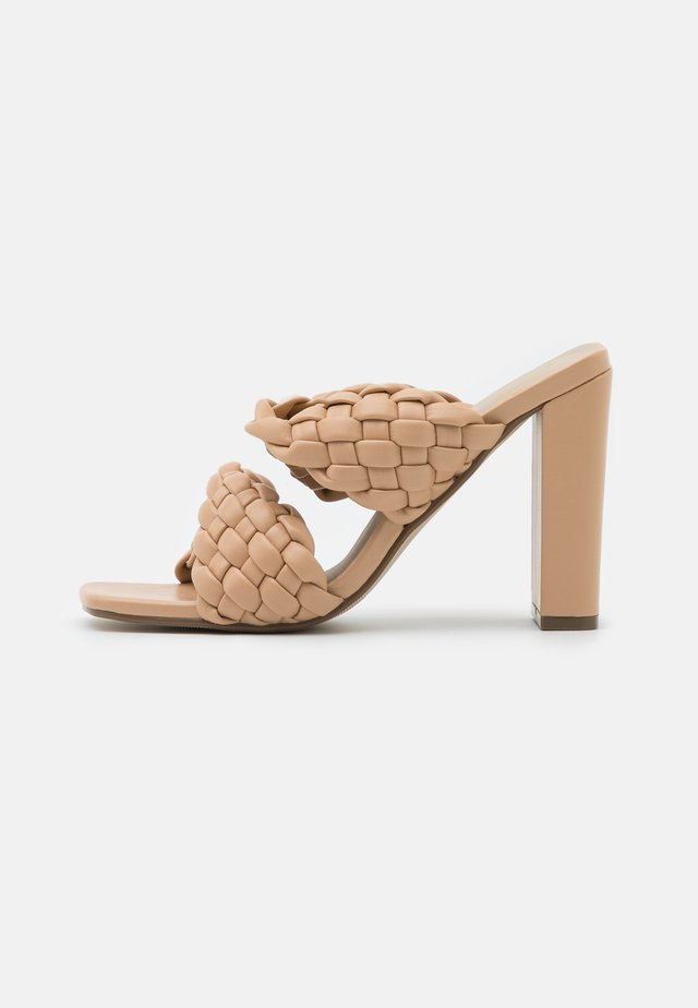 TWIST BLOCK HEEL  - Ciabattine - sand