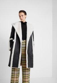 VSP - HOOD COAT REVERSIABLE - Classic coat - black/white - 3