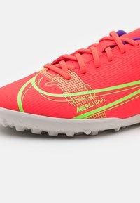 Nike Performance - JR MERCURIAL VAPOR 14 CLUB TF UNISEX - Kopačky na umělý trávník - bright crimson/metallic silver - 5