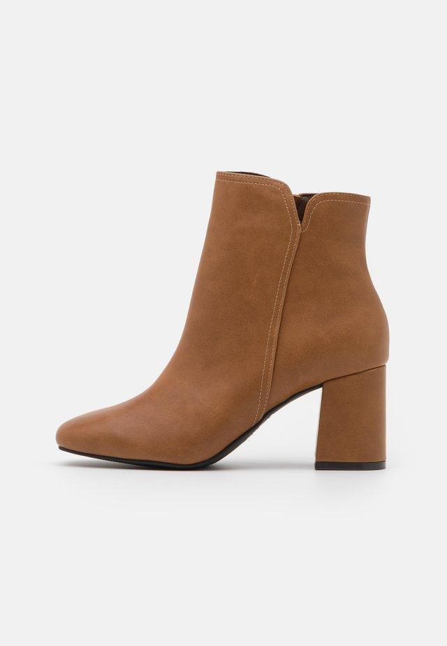 ANNALYNNE - Classic ankle boots - cognac