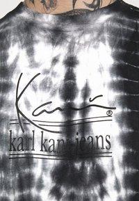 Karl Kani - SIGNATURE TIE DYE TEE UNISEX  - Print T-shirt - white - 4