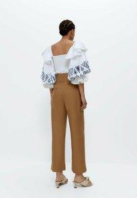 Uterqüe - MIT KNÖPFEN  - Trousers - camel - 2