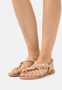 Alma en Pena - Sandály s odděleným palcem - sand - 0