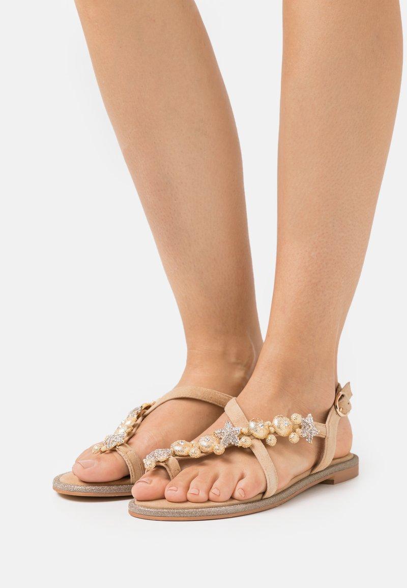 Alma en Pena - Sandály s odděleným palcem - sand