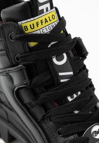 Buffalo - VEGAN ASPHA MID - Platåstøvletter - black - 2