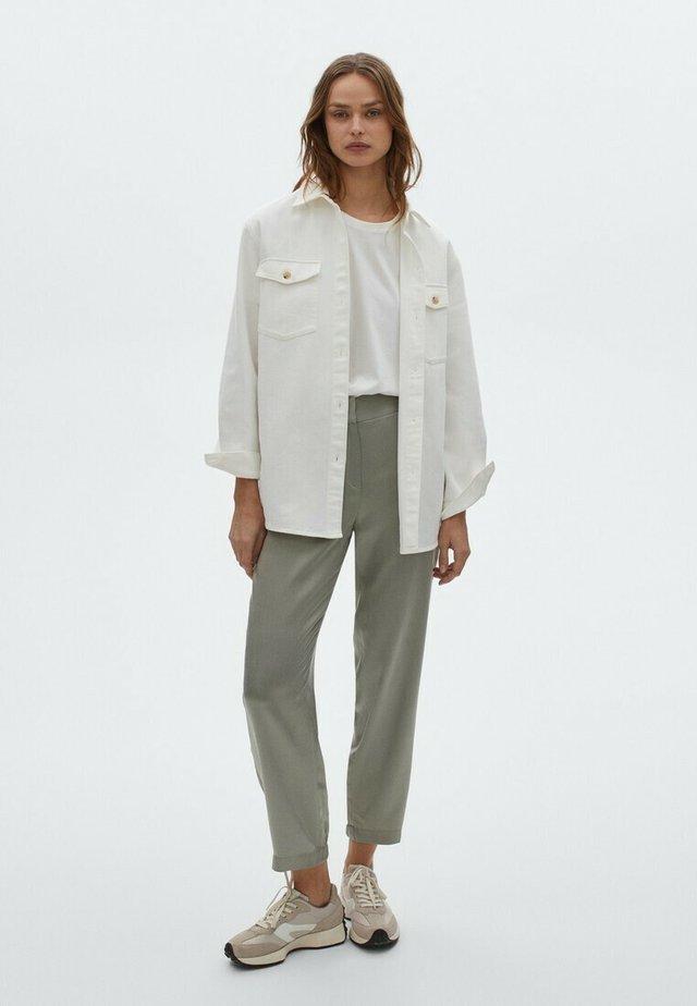 MIT BUNDFALTEN  - Trousers - green