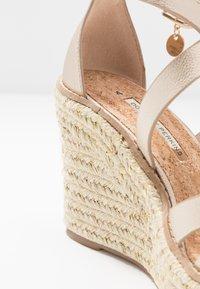 Dorothy Perkins - ROLLY ANKLE CHARM EDGE STAIN WEDGE - Sandály na vysokém podpatku - gold - 2
