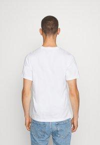 Nike Sportswear - TEE PREHEAT AIR - Camiseta estampada - white/gold - 2