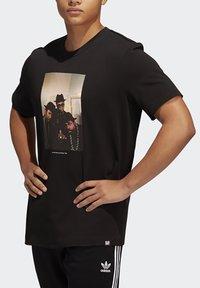 adidas Originals - RUN DMC PHOTO TEE - Print T-shirt - black/white/scarle - 5