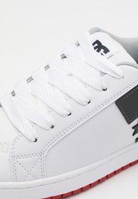 DC Shoes - COURT GRAFFIK - Skateboardové boty - white/grey/red - 5
