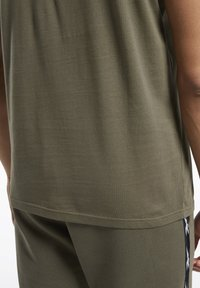 Reebok - TAPE TEE - T-shirt imprimé - army green - 4