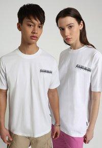 Napapijri - S-KEE - T-shirt z nadrukiem - bright white - 2
