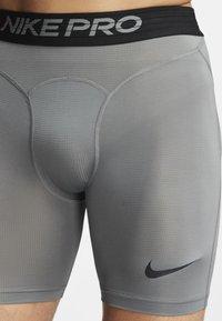 Nike Performance - Pantalón corto de deporte - smoke grey/black - 3