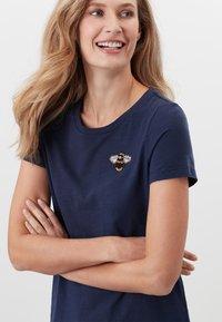 Tom Joule - MIT RUNDHALSAUSSCHNITT CARLEY  - Print T-shirt - französisch marineblau - 3