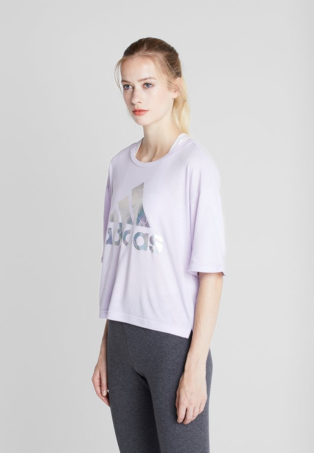 UNIV ATHLETICS SHORT SLEEVE GRAPHIC TEE - T-shirts print - purple