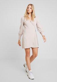 UNIQUE 21 - TAILORED WRAP DRESS - Robe d'été - stone - 2