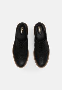 Clarks - BAILLE BROGUE - Šněrovací boty - black - 4