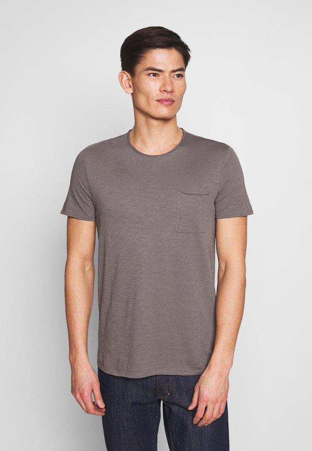 SHORT SLEEVE ROUND NECK CHEST POCKET - T-shirt basique - castlerock