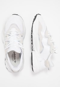 adidas Originals - OZWEEGO - Sneakersy niskie - ftwwht/ftwwht/cblack - 2