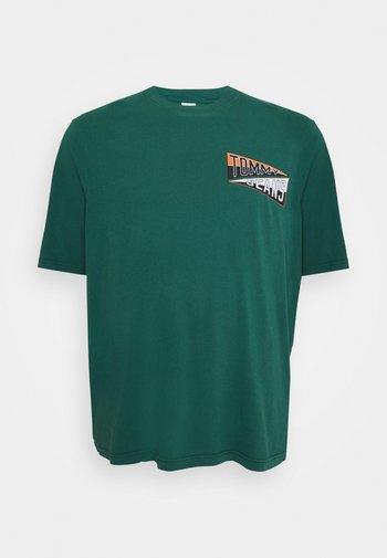 BACK GRAPHIC TEE - Print T-shirt - rural green