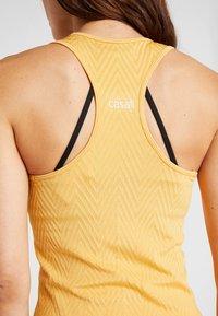 Casall - SEAMLESS CHEVRON RACERBACK - Toppi - golden yellow - 5
