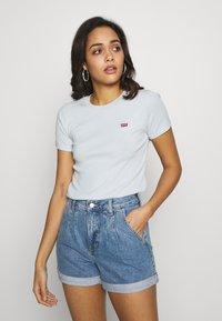 Levi's® - BABY TEE - Print T-shirt - baby blue - 0