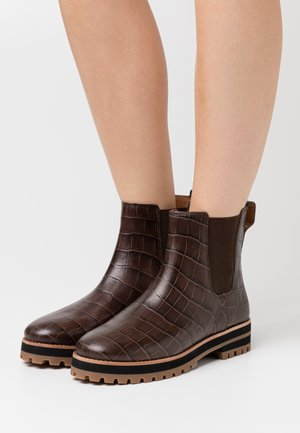ANDI CHELSEA LUG BOOT CROCO - Platform-nilkkurit - dark coffee
