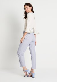 NA-KD - ZALANDO X NA-KD STRAIGHT SUIT PANTS - Pantalones - dusty blue - 2