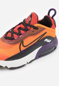 Nike Sportswear - AIR MAX 2090 UNISEX - Sneakers laag - magma orange/black/eggplant/habanero red - 5