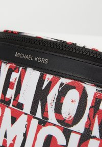 Michael Kors - GREYSON SMALL HIP BAG UNISEX - Ledvinka - black - 5