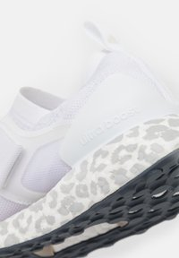 adidas by Stella McCartney - ULTRABOOST X S. - Zapatillas de running neutras - footwear white/light brown/onix - 5