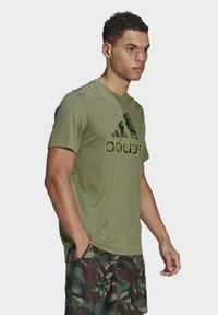 adidas Performance - CAMOUFLAGE GT2 DESIGNED2MOVE PRIMEGREEN WORKOUT GRAPHIC T-SHIRT - Print T-shirt - green - 2