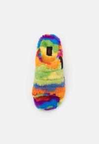 UGG - FLUFF YOU CALI COLLAGE UNISEX - Pantoffels - pride rainbow - 3