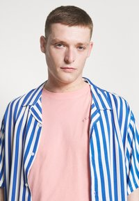 Selected Homme - SLHCARTER O NECK TEE - Print T-shirt - mellow rose - 3