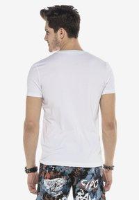 Cipo & Baxx - MIT PAILLETTEN TOTENKOPF PRINT - Print T-shirt - weiss - 2