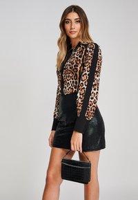 Yan Neo London - Button-down blouse - mottled brown - 3