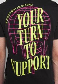 YOURTURN - T-shirt z nadrukiem - black - 4