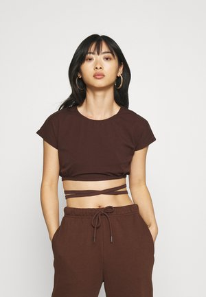 FRANKLIN TEE TIE CROPPED WRAP STYLE - Print T-shirt - chocolate brown