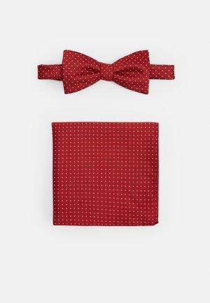SLHLANDON BOWTIE GIFTBOX SET - Lommetørklæde - bright red